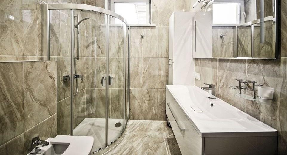 Zuhanyzó a fürdőszobában zuhany nélkül: a dekoráció részletei