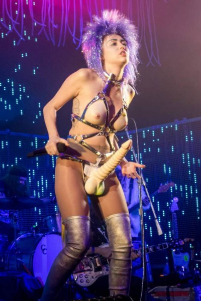 Péniszével kíván boldog karácsonyt Miley Cyrus - kandallostudio.hu