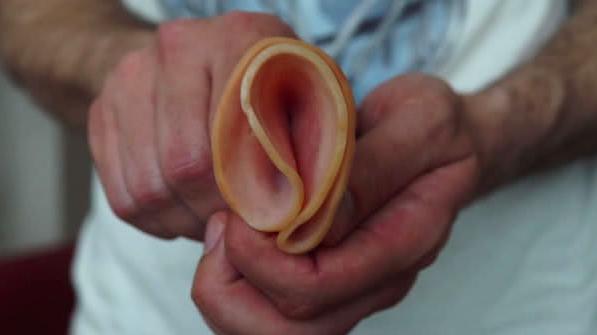 először látja a péniszt
