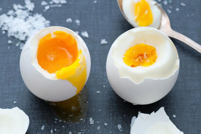 péniszeket és tojásokat eszik)