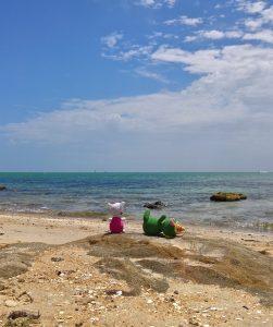 pufók srác a tengerparton)